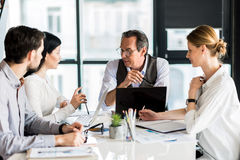 召开会议的小组确信的工作者在办公室 库存照片