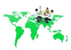 召开关于一个绿色世界的商人会议 免版税库存图片