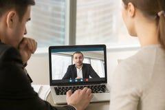 召开关于膝上型计算机的买卖人网上会议,做录影加州 免版税库存照片