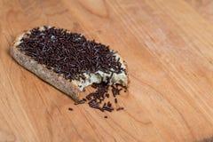 叮咬被采取在面包外面用巧克力洒 免版税库存图片