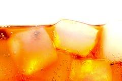 可乐冰块泡影宏观在白色 免版税库存图片