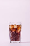 可乐和冰块在玻璃 免版税图库摄影