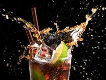 可乐多维数据集droped玻璃冰石灰 免版税图库摄影