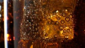 可乐有冰背景 在玻璃的倾吐的焦炭与冰块 影视素材