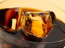 可乐求冰的立方 免版税库存照片
