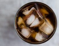 可乐求冰的立方 免版税图库摄影