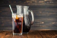 可乐求玻璃冰的立方 免版税图库摄影