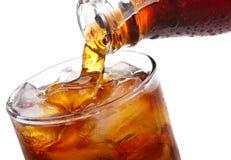 可乐玻璃倾吐 免版税库存照片