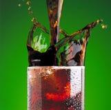 可乐玻璃倾吐 库存图片