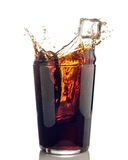 可乐飞溅与冰块的 免版税库存照片