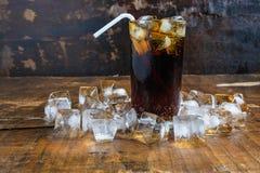 可乐饮料、黑汽水和刷新的冰 免版税库存照片