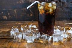 可乐饮料、黑汽水和刷新的冰 免版税库存图片