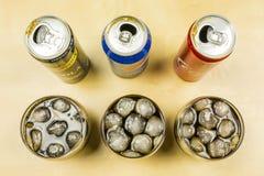 可乐饮料的比较从生产商的:百事可乐、可口可乐和Schweppes 可乐涌入了与冰块的玻璃 免版税库存图片