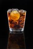 可乐鸡尾酒与冰和石灰的 库存图片