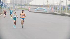 20可以2018年,喀山,俄罗斯-喀山马拉松,人和跑在街道的马拉松的妇女 影视素材