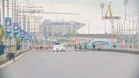 20可以2018年,喀山,俄罗斯-喀山马拉松-通过马拉松城市的街道 股票视频