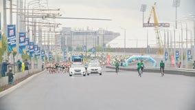 20可以2018年,喀山,马拉松-通过马拉松的俄罗斯-喀山城市-狗十字架的街道 股票视频