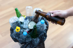 可再循环的垃圾包括的玻璃储款塑料塑料Env 免版税图库摄影