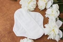 可再用的eco自然垫与牡丹花的月经天 白色女性耐洗,健康和eco友好的垫 ?? 免版税库存照片