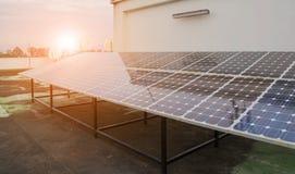 可再造能源的太阳电池板设施 免版税库存照片