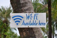 可利用的Wi-Fi这里签字 免版税库存图片