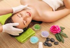 可及温泉治疗的一个少妇的特写镜头美容院 温泉面孔按摩 面部秀丽治疗 温泉沙龙 库存照片