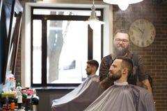 可及理发的人由发式专家理发店 图库摄影