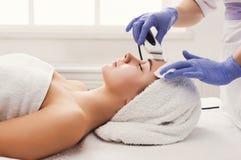 可及面部治疗的妇女美容院 库存照片
