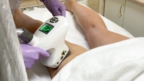 可及LPG硬件按摩的妇女秀丽诊所 专业美容师工作 股票视频