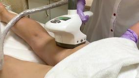 可及LPG硬件按摩的妇女秀丽诊所 专业美容师工作 股票录像