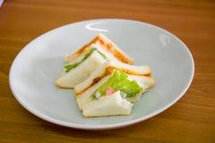 可口三明治用在白色盘,家的火腿vegeable面包 免版税图库摄影