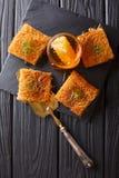 可口中东酥皮点心用开心果和新鲜的细磨刀石 免版税库存照片