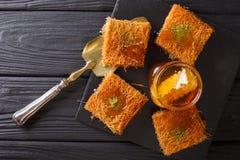 可口中东酥皮点心用开心果和新鲜的细磨刀石 库存照片