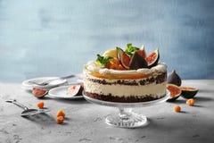 可口乳脂状的蛋糕用无花果和莓果 免版税库存图片