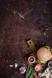 可口乳酪汉堡用牛肉小馅饼、乳酪、新鲜的莴苣、蘑菇和蕃茄在一个新鲜的小圆面包与芝麻籽 库存照片