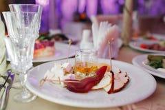 可口乳酪盘子,两乳酪,巴马干酪,蓝色,蜂蜜, carpaccio,核桃,在的法国开胃菜蜂蜜 免版税库存照片
