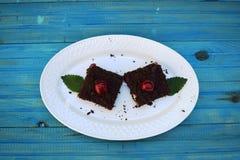 可口乳酪蛋糕用在板材的新鲜的甜樱桃 库存照片