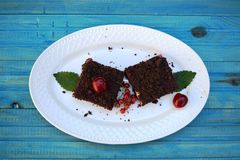 可口乳酪蛋糕用在板材的新鲜的甜樱桃 图库摄影