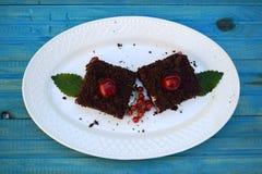 可口乳酪蛋糕用在板材的新鲜的甜樱桃 免版税库存照片