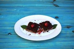 可口乳酪蛋糕用在板材的新鲜的甜樱桃 库存图片