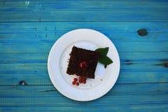 可口乳酪蛋糕用在板材的新鲜的甜樱桃 免版税库存图片