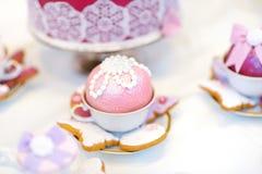 可口五颜六色的婚礼杯形蛋糕 免版税图库摄影