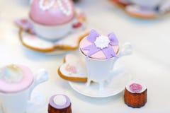可口五颜六色的婚礼杯形蛋糕 库存图片