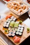 可口五颜六色的寿司卷混合 库存照片