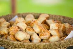 可口传统匈牙利语烘烤了快餐用在篮子的乳酪,室外 免版税图库摄影