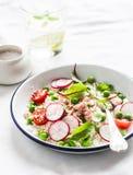 可口健康食物-与cous cous,新鲜蔬菜和被烘烤的三文鱼的沙拉 库存图片
