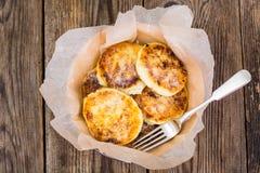 可口凝乳酪结块与糖粉末 免版税图库摄影