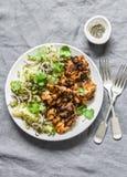 可口午餐-烤鸡内圆角和莳萝,香菜在灰色背景,顶视图的嫩土豆土豆沙拉 免版税库存照片