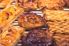 可口卷和苹果油酥点心面包店 免版税库存图片