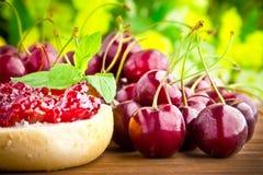 可口卷用樱桃果酱和新鲜水果 免版税库存照片